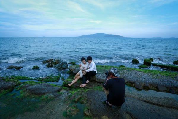 Đôi uyên ương tranh thủ chụp ảnh cưới trên bãi rêu - Ảnh: Tiến Thành
