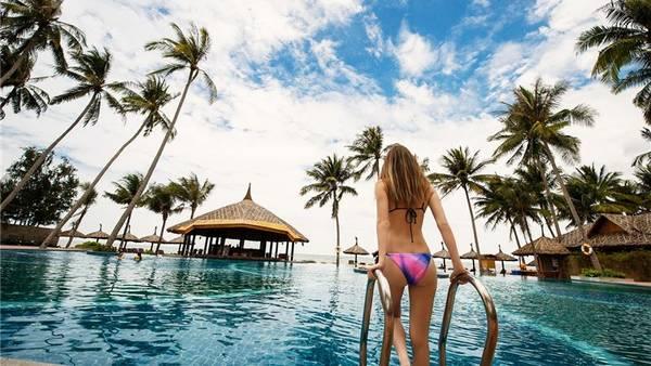 Bể bơi nằm trước bãi biển của khách sạn và luôn được kiểm soát bởi các tiêu chuẩn về nước, quy trình an toàn, các trang thiết bị cùng với các nhân viên cứu hộ giúp du khách có những giờ bơi thư giãn và an toàn dưới làn nước trong lành.