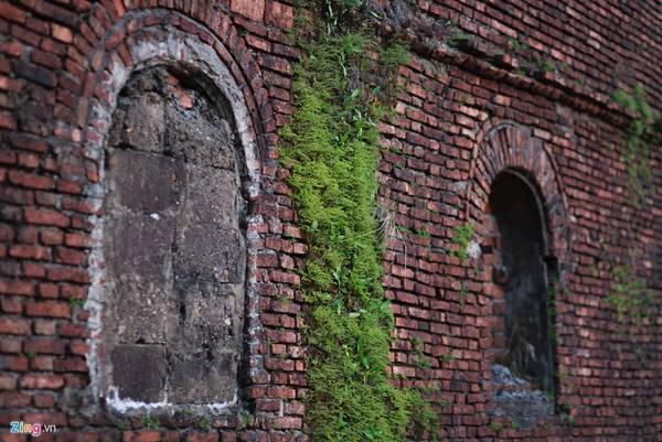 Trải qua bao năm thăng trầm của lịch sử, những bức tường của thành lũy được bao phủ bởi những lớp rêu xanh.