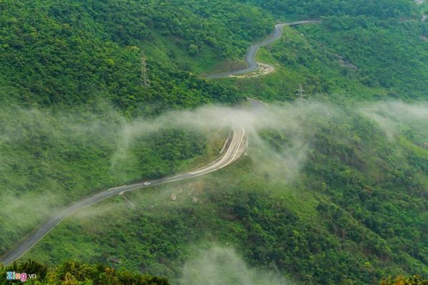 Trong khi đó, hướng mắt về phía Thừa Thiên - Huế, du khách sẽ thấy con đường ngoằn ngèo ở lưng chừng núi. Phía xa là những khóm mây bay lượn trên những ngọn cây.
