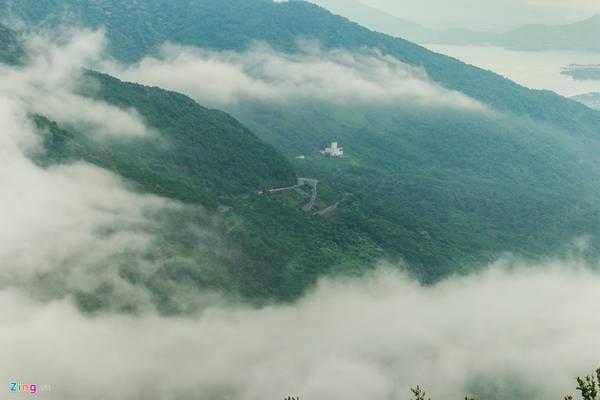 Hải Vân Quan nằm ở phía bắc TP Đà Nẵng, đi theo quốc lộ 1 chừng 25 km. Cung đường đèo hiểm trở từng nổi tiếng trong giới đi phượt này từ khi có hầm Hải Vân trở nên vắng và dễ đi hơn, do không còn nhiều ôtô qua lại.