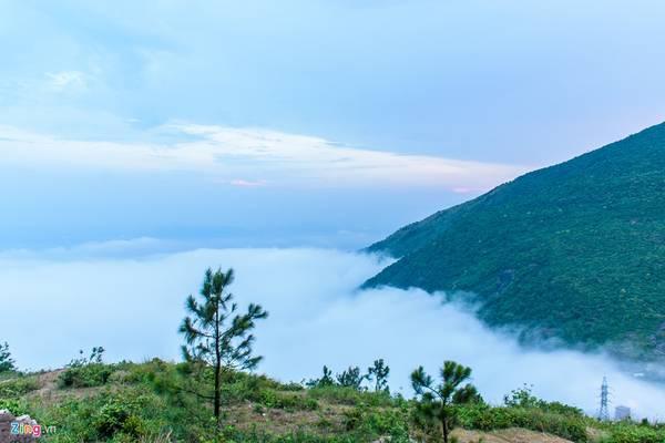 Khi hàng hôn buông xuống, nhiệt độ trên đỉnh đèo Hải Vân xuống thấp, khoảng 15 độ C. Đây là lúc thích hợp nhất để du khách thư thái ngắm nhìn những khóm mây bay lượn quanh sườn núi.