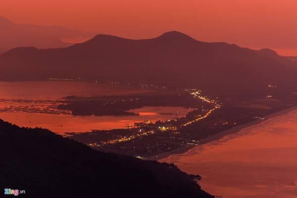 Màn đêm buông xuống, từ đỉnh Hải Vân du khách có thể ngắm toàn cảnh vịnh Lăng Cô hoặc TP Đà Nẵng về đêm.