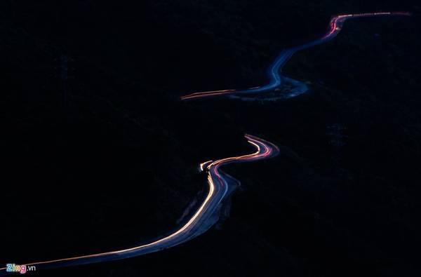 Trên đèo Hải Vân chưa có điện, nên vào ban đêm hầu như bị bao trùm trong bóng tối. Tuyến đường quanh co từ Đà Nẵng ra Huế và ngược lại cũng ít người qua lại.