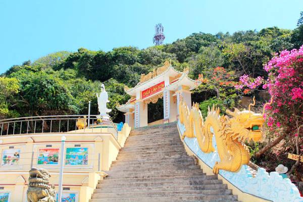 Phú Quý là một hòn đảo thuộc tỉnh Bình Thuận, cách thành phố Phan Thiết 120km về hướng đông nam. Nơi đây đang thu hút du khách nhờ cảnh quan thiên nhiên hoang sơ tuyệt đẹp cùng nhiều điểm đến hấp dẫn, trong số đó không thể không nhắc đến ngôi chùa cổ Linh Sơn hơn 100 tuổi nằm trên đỉnh núi Cao Cát, ở độ cao 106m so với mực nước biển