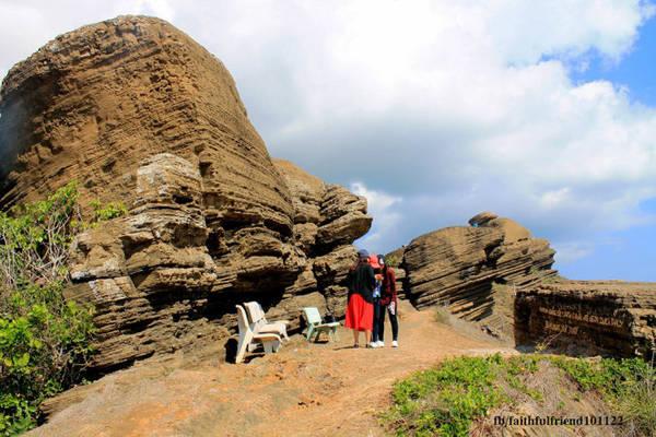 Núi Cao Cát còn rất nhiều khối đá có hình thù kỳ lạ, những vách núi xoắn trôn ốc minh chứng cho sự kỳ bí của bàn tay tạo hóa