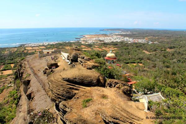 Từ đỉnh núi nhìn sang phía đông sẽ thấy mộ thầy Sài Nại với những ghềnh đá đen. Phía nam là nương rẫy xanh tươi, phía tây là đền thờ công chúa Bàn Tranh và núi Cấm với ngọn hải đăng. Phía bắc là xã Long Hải, bờ kè Ngũ Phụng cùng ba trạm phong điện sừng sững giữa đảo