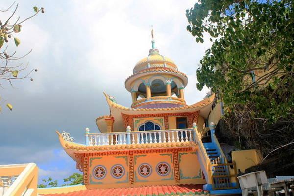 Núi Cao Cát ở phía bắc đảo Phú Quý, là một trong hai ngọn núi cao nhất đảo và được người dân ở đây xem như ngọn núi thiêng. Từ xã Long Hải, du khách dễ dàng đến được chân núi rồi đi bộ theo các bậc thang bằng đá để lên chùa Linh Sơn