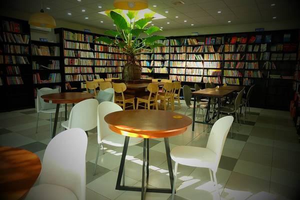 Nằm trên con phố yên tĩnh trên đường Thi Sách,Ngọc Tước Book Café là nơithích hợp nhất để bạn thư giãn và chìm đắm trong không gian sách, sau khi đi thỏa thích tắmbiển Vũng Tàu.