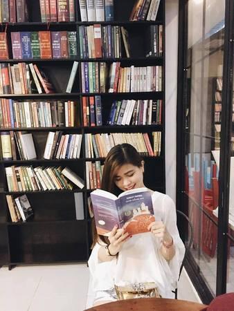 """Với những ai mê sách và """"ghiền"""" cà phê thì đến Ngọc Tước Book Café là một lựa chọn lý tưởng. Bên cạnh đó, với những bạn muốn tìm cảm giác thư thái, khoan khoái trong không gian hiện đại, trẻ trung, hấp dẫn thì đây quả là sự lựa chọn thú vị."""