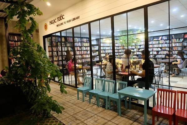 Ngọc Tước Book Caféchính là nơi mà người ta thường tìm đến đơn giản là để trải lòng mình, hưởng thụ những giây phút thư giãn, rũ bỏ những gánh nặng, mỏi mệt của công việc vàchìm đắm trong thế giới sách.