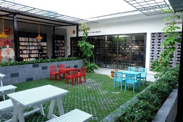 Bên cạnh khu vực máy lạnh trong nhà, quán còn có khu vực ngoài trời, thíchhợp cho những ai thích không gian mở, muốn hòa mình cùng thiên nhiên.