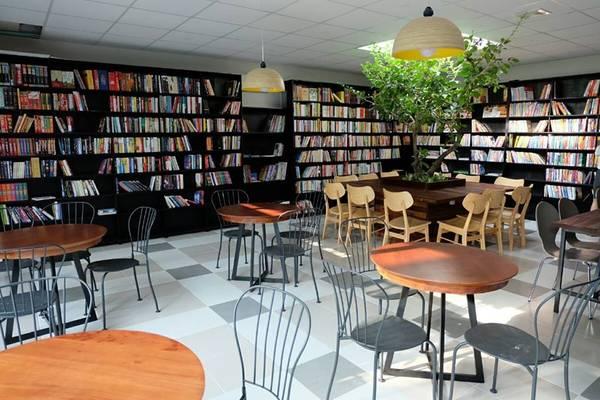 Cà phê sách là một loại hình không mới, nhưng với lượng sách cực phong phú cùng lối trang trí ấn tượng, Ngọc Tước Book Café ở Vũng Tàu vẫn hấp dẫn được nhiều người.