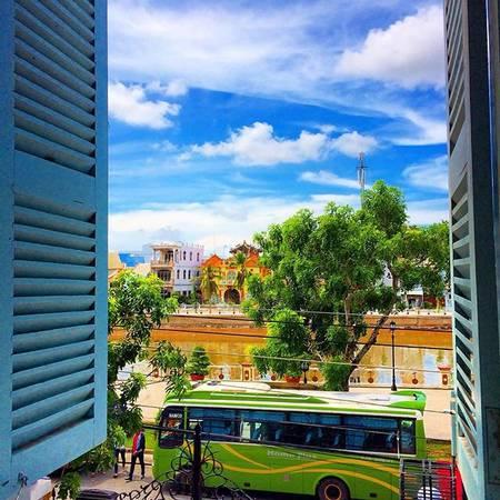 Khung cảnh nhìn từ cửa sổ nhà Công tử Bạc Liêu. Ảnh: @karuko_san