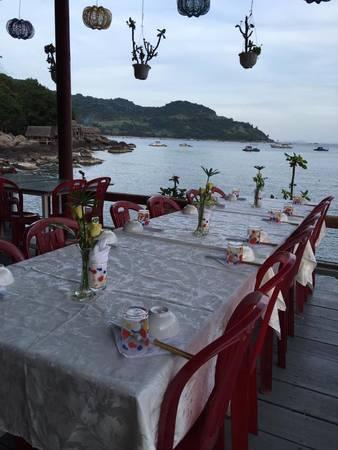 Khu vực nhà hàng với view sát biển. Ảnh: Facebook khu du lịch sinh thái Bảy Ban