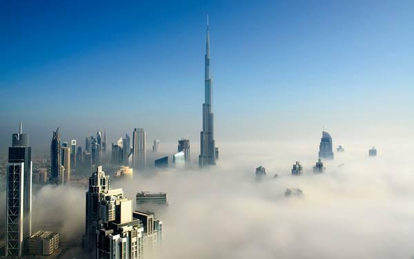 1. Burj Khalifa, Dubai, UAE (828 m): Tòa tháp cao nhất thế giới này được coi là một trong những biểu tượng cho tầm vóc phát triển của Dubai, Các Tiểu vương quốc Ả Rập thống nhất. Mất 5 năm xây dựng với chi phí 1,5 tỷ USD, Burj Khalifa xuyên qua tầng mây, với hình dạng lấy cảm hứng từ hoa Hymenocallis sa mạc và kiến trúc Hồi giáo. Tòa tháp có hộp đêm, nhà hàng và đài quan sát cao nhất thế giới.