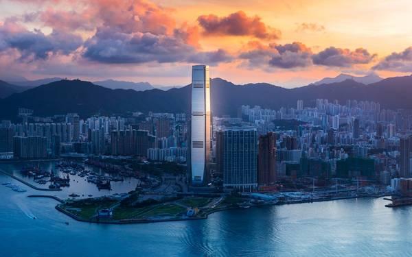 10. Trung tâm thương mại quốc tế, Hong Kong, Trung Quốc (484 m): Nổi bật trên nền trời Hong Kong, tòa tháp này không chỉ có chức năng văn phòng, mà còn nhiều tiện ích giải trí như trung tâm mua sắm, nhà hàng và khách sạn cao nhất thế giới Ritz-Carlton Hong Kong (với quầy bar và bể bơi ở độ cao chóng mặt trên tầng 118).