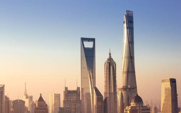 """2. Tháp Thượng Hải, Thượng Hải, Trung Quốc (632 m): Tòa tháp có chi phí xây dựng 2,4 tỷ USD này tượng trưng cho sự phát triển vượt bậc của Thượng Hải, là công trình thứ 2 vượt qua giới hạn 610 m. Đây là một tòa nhà thân thiện với môi trường, được gọi là """"thành phố thẳng đứng"""" với vườn trong nhà, cùng vô số cửa hàng, khách sạn, văn phòng bên trong."""