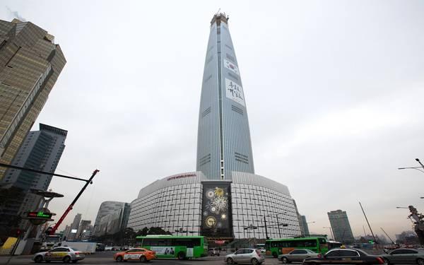 5. Tháp Lotte World, Seoul, Hàn Quốc (555 m): Tòa nhà mới khai trương năm nay sừng sững trên nền trời thủ đô Hàn Quốc, với nhiều loại không gian dùng cho nhiều mục đích. Bạn có thể tìm thấy ở đây rạp chiếu phim, văn phòng, nhà ở... Lotte World có thiết kế hiện đại, chủ yếu dựa trên kim loại và kính.