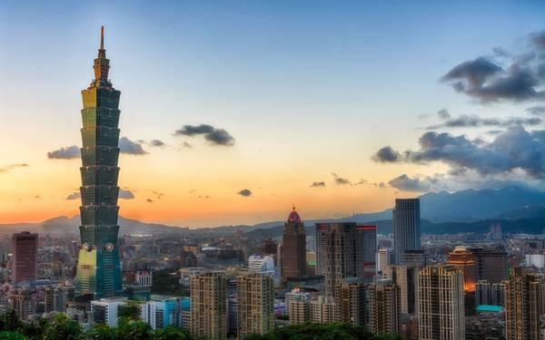 8. Tháp Taipei 101, Đài Loan, Trung Quốc (509 m): Tòa tháp này có thiết kế như một ngôi chùa siêu cao, với các tầng chồng lên nhau. Taipei 101 từng giữ vị trí công trình cao nhất thế giới năm 2004. Hiện nay, tháp vẫn giữ kỷ lục tòa nhà xanh cao nhất thế giới, với chi phí xây dựng là 1,9 tỷ USD.