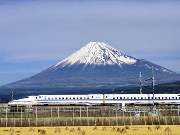 Nên mua thẻ Japan Rail Pass trước khi đến: Dù bạn có ở Nhật Bản 1 hay 2 tuần, hãy mua JR Pass. Tấm thẻ này sẽ cho bạn đi lại thoải mái quanh Nhật Bản trên tàu tốc hành Shinkansen, các chuyến tàu địa phương, xe buýt, thậm chí cả phà của JR. Bạn có thể mua trên mạng qua trang web Japan Travel Centre rồi kích hoạt thẻ khi đến Nhật Bản, nhớ mang theo hộ chiếu bên người. Tại Việt Nam, thẻ này được bán ở các đại lý du lịch Nhật Bản. Ảnh: iStock/ Supplied.
