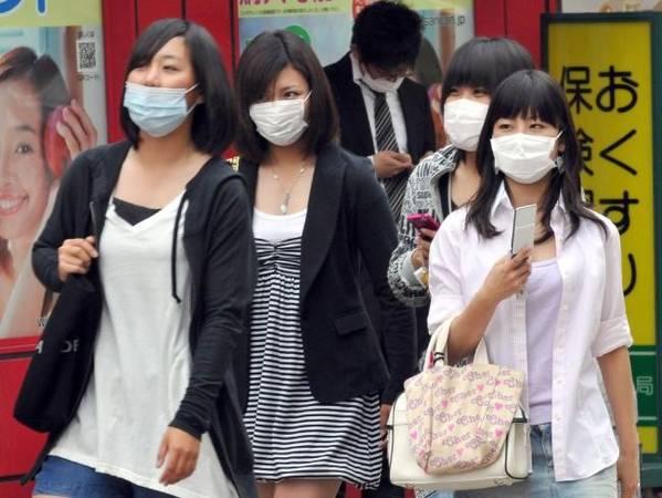 Người dân đeo khẩu trang: Khi ra khỏi khách sạn vào buổi sáng, bạn sẽ nhìn thấy rất nhiều người đeo khẩu trang. Vào các cửa hàng tiện ích, bạn sẽ thấy các quầy hàng đầy các loại Vitamin C bổ sung. Nếu bạn bị ốm ở Nhật Bản, hãy tôn trọng văn hóa ở đây và kiếm một chiếc khẩu trang chứ đừng ho và hắt hơi trên các phương tiện giao thông công cộng. Ảnh: AP/Katsumi Kasahara.