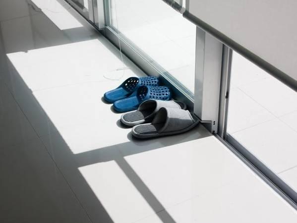 Bỏ giày dép ngoài cửa: Đây là thói quen ở Nhật trước khi bước vào phòng, cửa hàng, quán bar, đặc biệt là tại nhà riêng. Ở lối vào, bạn có thể thấy những đôi dép đi trong nhà được đặt sẵn cho khách. DépB này có thể dùng khắp nơi trong nhà, trừ các phòng có trải chiếu tatami. Ảnh: iStock.