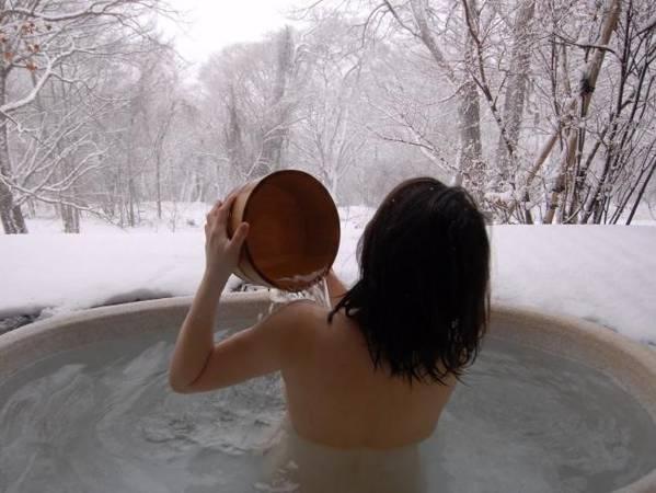 Trút bỏ quần áo: Đây là quy tắc áp dụng khi tắm tại các suối nước nóng, còn gọi là onsen ở Nhật Bản. Thứ duy nhất bạn nên mang vào là một tấm khăn nhỏ, bạn có thể để khăn trên đầu khi tắm. Ảnh: Supplied Flight.