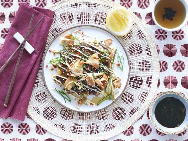 Nhật Bản không chỉ có sushi và sashimi: Bạn sẽ có dịp thưởng thức rất nhiều đặc sản. Phố Dōtonbori ở Osaka bán rất nhiều đồ ăn bạch tuộc viên Takoyaki, càng cua và sủi cảo chiên Gyoza. Đến Hiroshima, bạn nên thử món Okonomiyaki, một loại pancake làm từ cải bắp, mì yakisoba, thịt hun khói, trứng và một loại xốt ngon tuyệt. Yakitori là món gà xiên nướng bán ở các đường phố Tokyo. Ichijōji là nơi nổi tiếng với ramen ở Kyoto. Ảnh: Supplied.