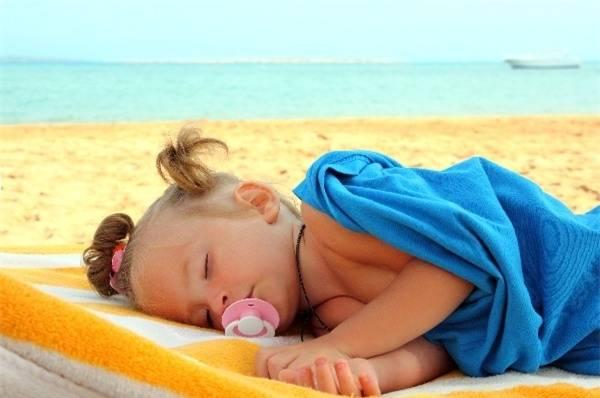 Không cho con chơi lâu dưới trời nắng để tránh say nắng.