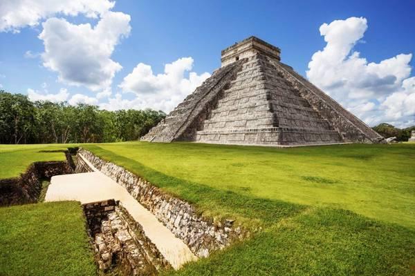 Chichen Itza, Mexico: Nằm cách vùng nghỉ dưỡng Cancun không xa, thành phố của người Maya không nằm trong rừng rậm kỳ bí, nhưng vẫn đáng để bạn bỏ công khám phá. Công trình nổi bật nhất ở đây là El Castillo, một tòa tháp cao sừng sững, với 4 mặt đều có 91 bậc thang. Nếu tính cả bậc trên cùng, tổng số bậc thang ở đây là 365, tương ứng với số ngày trong lịch của người Maya. Ảnh: Chichenitzatours.