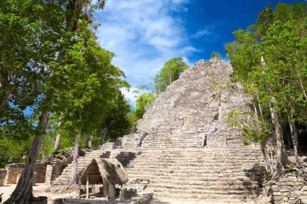 Coba, Mexico: Khu thành cổ rộng lớn này có hệ thống 16 đường đắp cao nối với các di tích lân cận. Trong đó, đường dài nhất là 96 km, đi về phía tây tới Yaxuna. Ảnh: Telegraph.