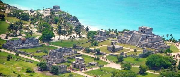 Tulum, Mexico: Tulum không có quy mô lớn như các thành phố của người Maya khác, nhưng vị trí gần bờ biển đem lại cho nơi này vẻ đẹp riêng. Được sử dụng làm hải cảng khi nền văn minh Maya bắt đầu suy tàn, ngày nay nơi đây là điểm tham quan hút khách. Ảnh: Pinterest.