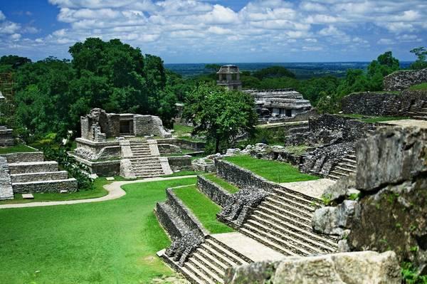 """Palenque, Mexico: Tới cuối thế kỷ 18, người châu Âu mới tìm ra Palenque, khu đền đài và lăng mộ kim tự tháp bằng đá vôi ở Mexico. Nơi đây được ví như """"Thành phố mất tích của Atlantis"""", với khung cảnh thiên nhiên ấn tượng. Ảnh: Globalserpa."""