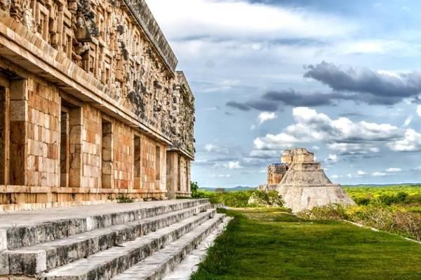 Uxmal, Mexico: Là một trong 32 di sản thế giới của Mexico, Uxmal là thủ phủ quan trọng của vùng Yucatán với khoảng 25.000 cư dân. Vị trí các tòa nhà được xây dựng từ năm 700 tới 1000 cho thấy sự hiểu biết về thiên văn. Kim tự tháp Soothsayer nằm ở chính giữa trung tâm nghi lễ, nơi có các công trình được trang trí bằng phù điêu và tượng khắc của Chaac, thần mưa. Ảnh: Telegraph.