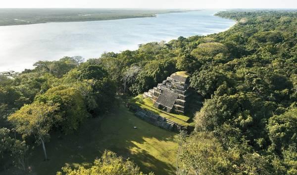 Lamanai, Belize: Thành phố cổ này có lịch sử hơn 3.000 năm, được khai quật vào những năm 1970. Tâm điểm ở đây là đền Mask, đền Jaguar và đền High. Du khách có thể đăng ký tour tham quan di tích bằng thuyền hay ngắm động vật hoang dã về đêm. Ảnh: Kaanabelize.