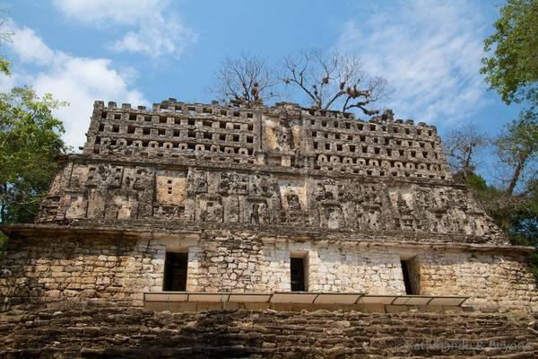 Yaxchilan, Mexico: Nằm sâu ở miền nam Mexico, di tích này cách khách sạn gần nhất hàng tiếng đi xe, và chỉ có thể tiếp cận bằng thuyền. Tuy nhiên, chính sự xa xôi biệt lập này càng làm tăng vẻ đẹp của thành phố cổ Yaxchilan, đem lại cho du khách cảm giác như phát hiện ra một vương quốc bí mật. Ảnh: Kathmanduandbeyond.