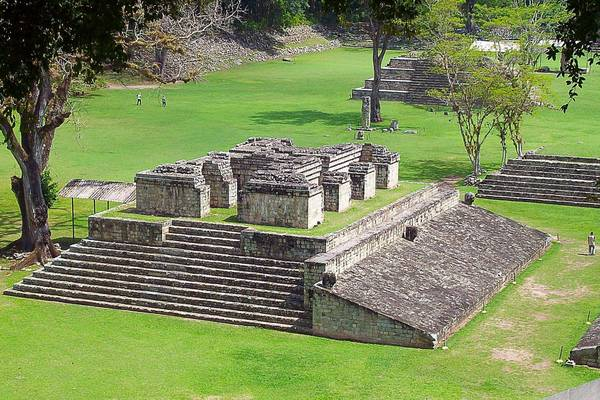 Copán, Honduras: Nổi tiếng với sân bóng lớn và các cột trụ khắc hình thành viên hoàng gia, Copán phát triển rực rỡ nhất từ thế kỷ 5 tới thế kỷ 9. Nằm ở rìa phía đông của đế chế Maya, nơi này không thuận tiện cho du lịch nên thường khá vắng vẻ. Ảnh: Sunrisetravel-antigua.