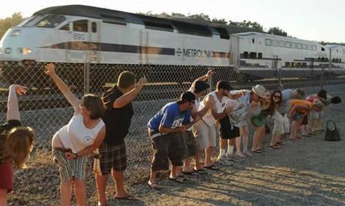 """Ngày hội """"kéo quần khoe mông"""": Mooning Amtrack là tên một lễ hội 30 năm tuổi, diễn ra vào thứ 7 tuần hai của tháng 7 ở Laguna Niguel, nam California. Vào ngày này, người dân địa phương và du khách sẽ đứng bên hàng rào, cạnh nơi có đường ray xe lửa và đồng loạt tụt quần, khoe mông khi có đoàn tàu chạy qua."""