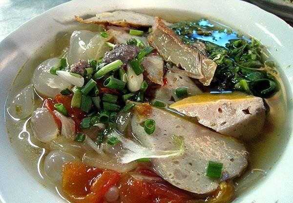 Bát bún cá với màu sắc hấp dẫn, phần nước dùng trong, rất đậm đà hương vị miền biển là những điểm cộng nổi bật của món ăn này.