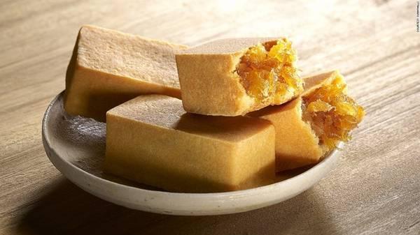 Bánh dứa: Những chiếc bánh nướng nhỏ xinh với phần nhân từ dứa và cùi dưa hấu, lớp vỏ giòn tan ngọt ngào không chỉ là món ăn vặt thú vị mà còn được nhiều du khách mua về làm quà cho người thân.