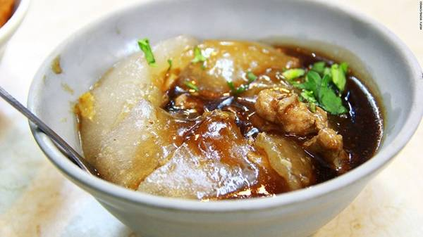 Ba wan (Sủi cảo khổng lồ): Lớp vỏ bánh được làm từ bột gạo, bột ngô và bột khoai lang và trở nên trong suốt sau khi hấp. Nhân bánh được làm từ rau, thịt lợn và đôi khi là trứng. Phần nước thịt ngọt ngào bên trong chảy ra hòa quyện với lớp vỏ mềm sẽ khiến bạn nhớ mãi.