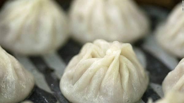 Há cảo ở Din Tai Fung: Với lớp vỏ mỏng mềm bọc ngoài lớp nhân thịt thơm phức, há cảo ở nhà hàng Din Tai Fung khiến du khách khó có thể dừng đũa. Bạn nên cẩn thận bởi nước thịt trong bánh khá nóng.
