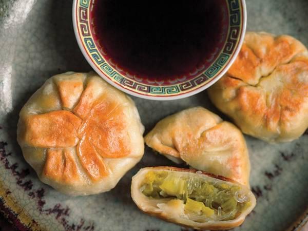 Bánh bao áp chảo: Lớp vỏ bánh vừa xốp mềm, vừa giòn tan kết hợp với nhân thịt đậm đà đẫm nước tạo ra một hương vị độc đáo, khiến du khách ăn mãi không trán. Bánh bao áp chảo của Đài Loan to hơn và được úp ngược khi cho vào chảo, khác với phiên bản Thượng Hải.