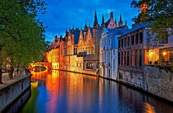 """Bruges, Bỉ: Thành phố được mệnh danh là """"Venice của phương Bắc"""" với những con kênh chạy dọc theo những ngôi nhà cổ kính, những cây cầu cong cong vắt qua sông... Nhiều người coi Bruges là một trong những thành phố đẹp nhất châu Âu."""