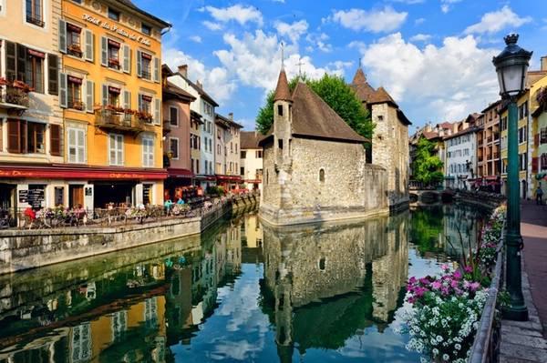 Annecy, Pháp: Thời gian dường như ngừng trôi trong thị trấn ven hồ này. Bạn đừng bỏ lỡ một tour đi bộ xung quanh thị trấn, và đừng quên ghé thăm các lâu đài cổ.