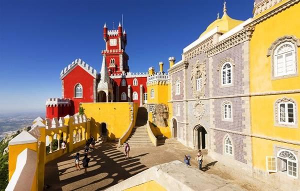 Sintra, Bồ Đào Nha: Đây là nơi mang một vẻ đẹp tươi tắn với những lâu đài sặc sỡ sẽ khiến bạn như bước vào một không gian cổ tích.
