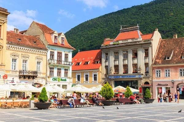 Brasov, Romania: Ẩn mình trong thung lũng giữa những ngọn núi phủ tuyết trắng, Brasov là một nơi hoàn hảo cho những ai muốn khám phá những bí mật của thành phố cổ. Brasov cổ kính với những pháo đài có tuổi hàng thế kỷ, những ngôi nhà cổ với mái ngói, và tháp đồng hồ đổ chuông mỗi giờ tạo ra bầu không khí hòa bình và yên tĩnh.