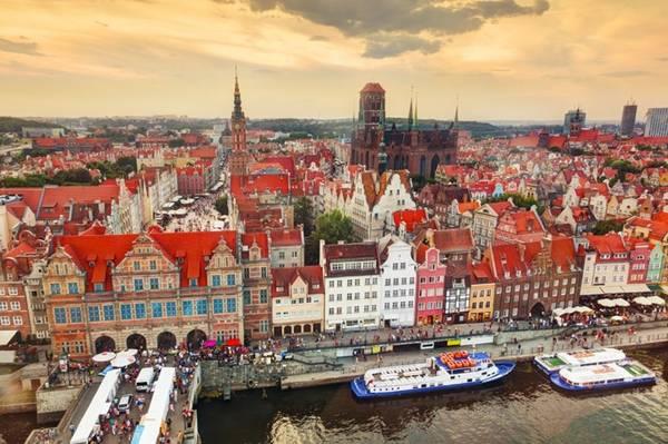 Gdansk, Ba Lan: Thành phố cổ này tọa lạc trên bờ biển Baltic có một bầu không khí độc đáo với hàng chục quán cà phê ấm cúng, những viện bảo tàng, hội chợ, triển lãm... Đây là nơi tất cả mọi người sẽ tìm thấy một cái gì đó đặc biệt cho chính mình.