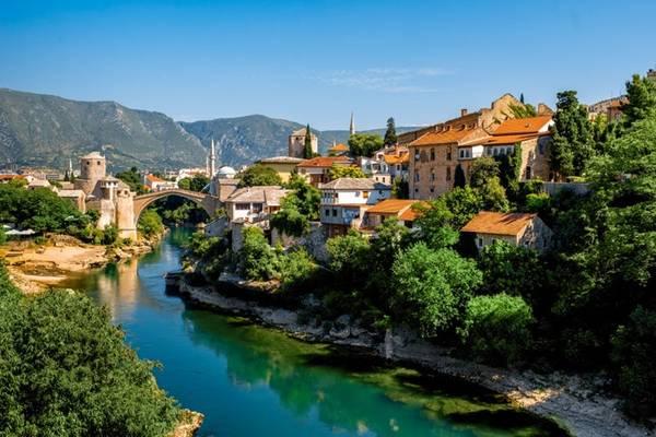 Mostar, Bosnia và Herzegovina: Các cây cầu cũ vắt qua sông chia thành phố thành hai phần - Bosnia và Croatia. Hiện tại, Mostar là nơi duy nhất có sự giao thoa giữa 2 nền văn minh và văn hóa Đông - Tây. Điều này được cảm nhận không chỉ trong kiến trúc mà còn trong các món ăn truyền thống địa phương.